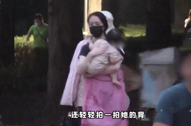 世纪官方注册:郭碧婷怀二胎了?带女儿游玩腹部凸起明显,曾答应向太生三个孩子(图3)