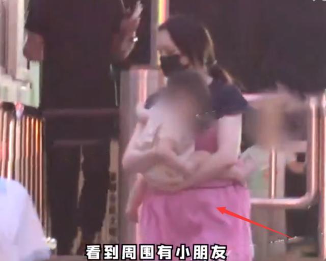 世纪官方注册:郭碧婷怀二胎了?带女儿游玩腹部凸起明显,曾答应向太生三个孩子(图4)