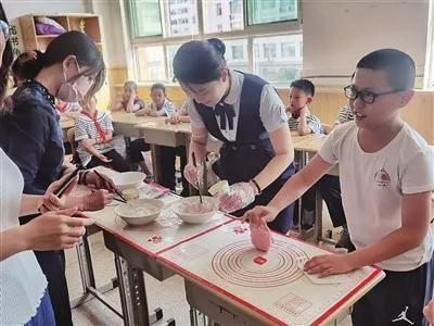 """""""感恩教师节,情系中秋月""""!太原这所小学师生做月饼, 共享欢乐情!"""