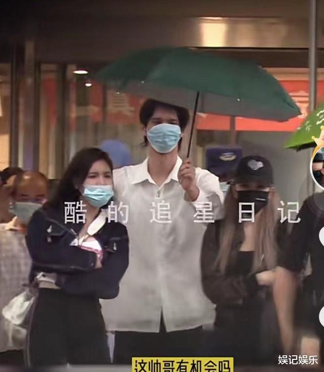 世纪平台注册:周扬青新恋情?跟罗昊分手后,同一年轻男子手牵手去医院(图2)