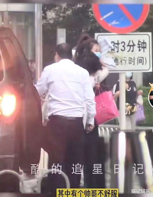 世纪平台注册:周扬青新恋情?跟罗昊分手后,同一年轻男子手牵手去医院(图4)